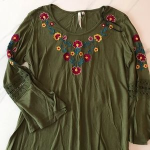 NY COLLECTION GREEN BELL SLEEVE EMBROIDERED TOP